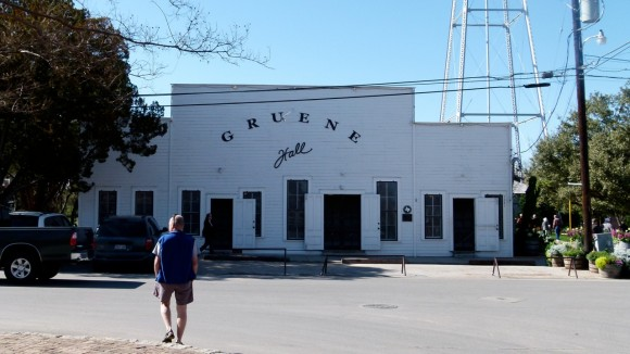 Gruene_Hall_outside_JimmySmith_JulianneGCrane