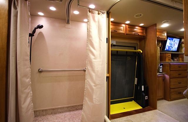 +Foretravel_Shower_Lift