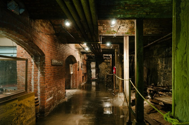 Seattle_Underground_walkway+